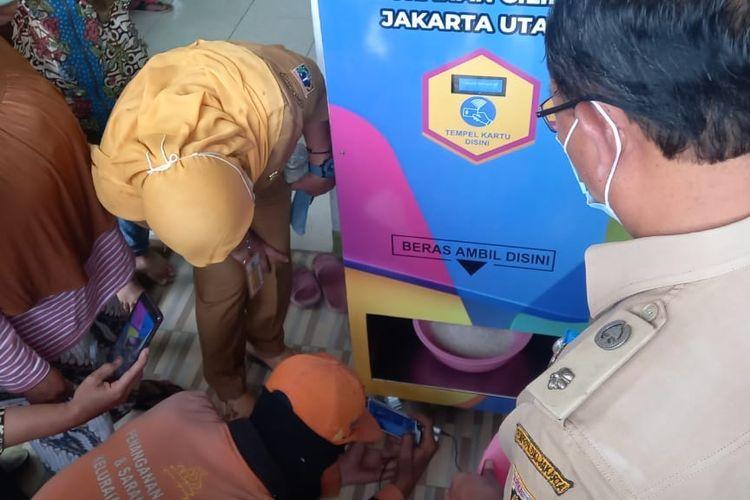 ATM Beras Untuk Warga Lansia Hadir di Kelurahan Cilincing