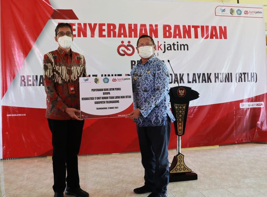 Bank Jatim Rehabilitasi Rumah Tidak Layak Huni Melalui CSR Bank Jatim Peduli