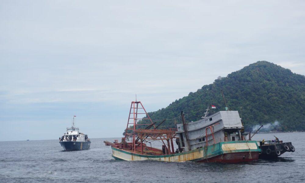 Sinergitas KKP dan Kejaksaan Tenggelamkan 4 Kapal Pencuri Ikan Berbendera Vietnam di Pontianak