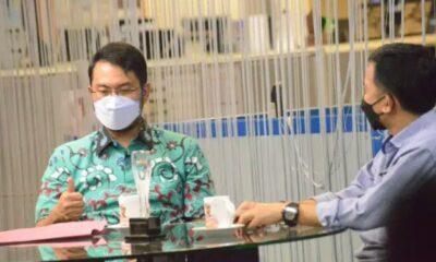 Bupati Sinjai, Andi Seto Asapa (ASA) saat berbincang dengan Direktur PT. Media Fajar Koran. /Ashari/AKURATNEWS