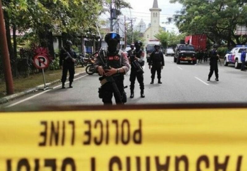 Densus 88 Mabes Polri saat melakukan sterilisasi aksi bom bunuh diri di Gereja Katedral Kota Makassar, Sulawesi Selatan. /Antara/Ashari/AKURATNEWS