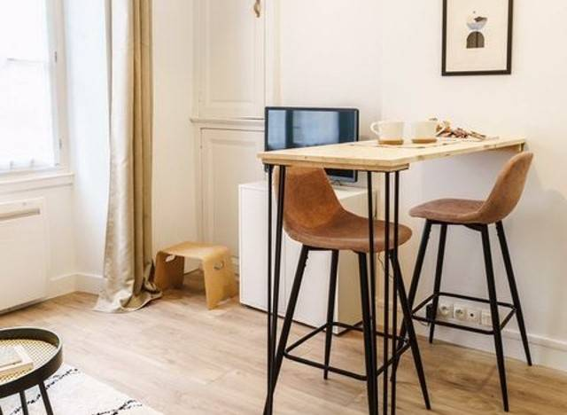 Desain Meja Makan dengan Bar Stool untuk Ruang Sempit | YuKepo.com