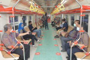 KAI Commuter Izinkan Penumpang Berbuka Puasa Saat di KRL