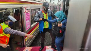 KAI Commuter: Jalur Rel Yang Terhalang Pohon Tumbang Telah Dapat Dilalui Kembali