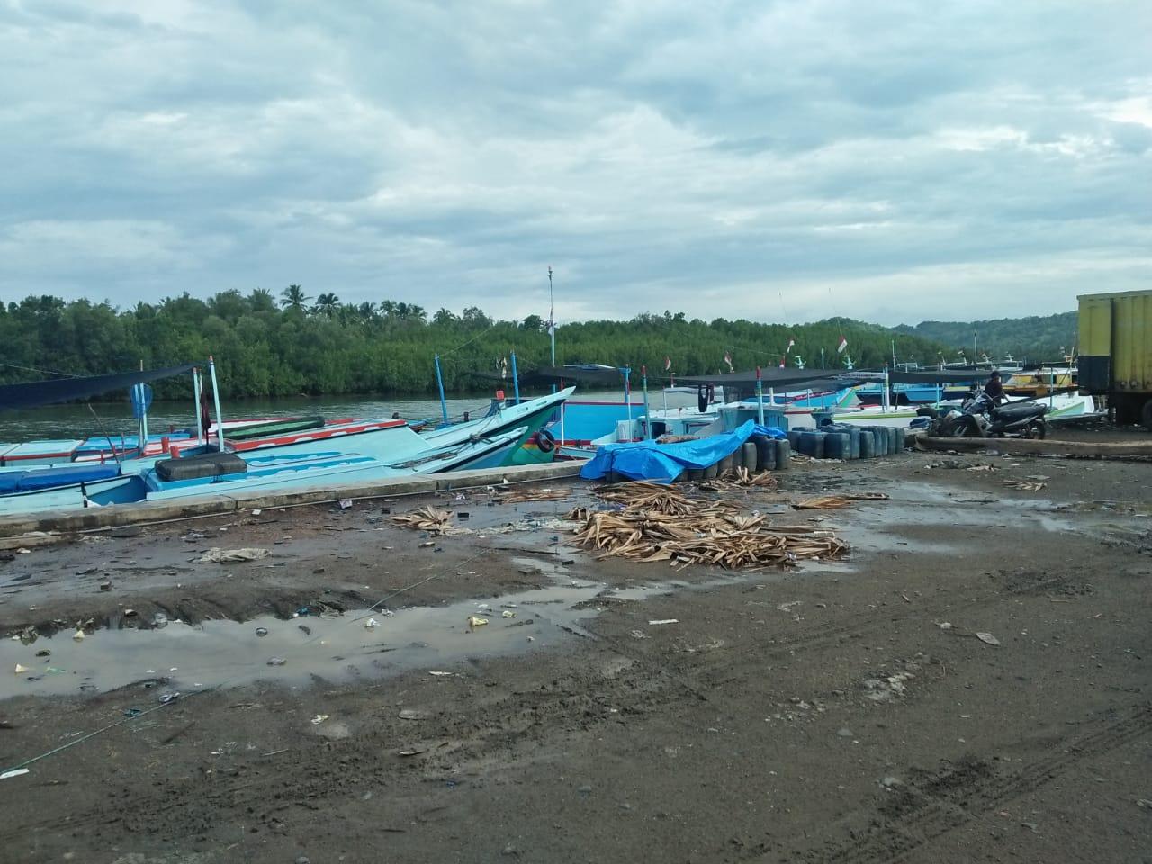 Pelabuhan kecil di Desa Tongke-Tongke Sinjai. Ditempat ini, Kepala Desa Sirajuddin beserta rombongan berangkat ke NTT untuk menjemput warganya yang selamat dari Badai Seroja. /Ashari/AKURATNEWS