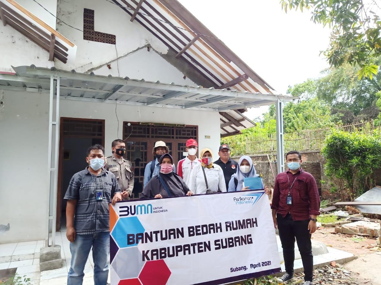 Perum Perindo Jalankan Program Bedah Rumah di Kawasan Pabrik Pakan Ikan Subang