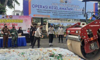 Polrestabes Surabaya Musnahkan Ribuan Botol Miras Hasil Operasi Pekat Semeru -