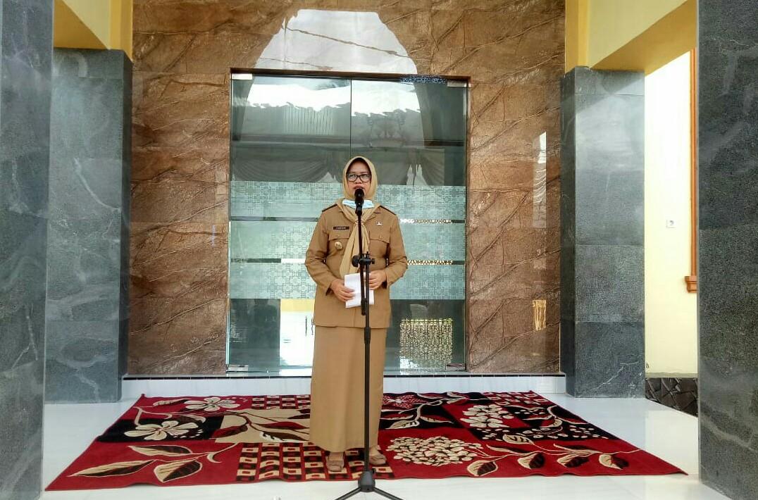 Wakil Bupati Sinjai, Hj. Andi Kartini Ottong, SP.,M.SP memberikan samburan usai meresmikan Masjid Nurul Iman di Lingkungan Samaenre, Kelurahan Bongki, Kecamatan Sinjai Utara. /Ashari/AKURATNEWS