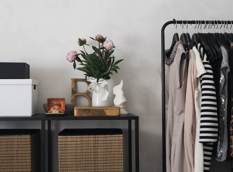 Cara Kreatif Menyimpan Baju Tanpa Lemari Namun Tetap Rapi | YuKepo.com