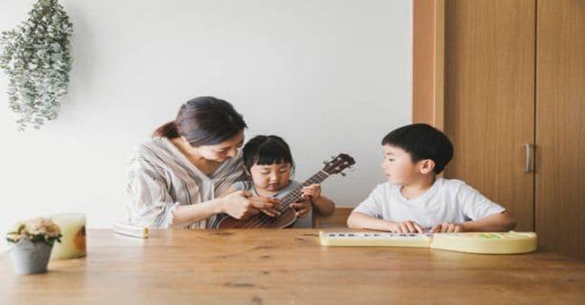 Si Kecil Suka Main Alat Musik? Yuk, Ajari Cara Bermain Alat Musik Ukulele