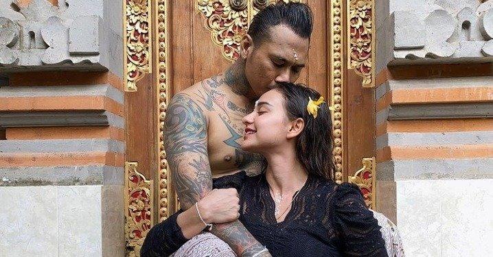 Bebas dari Penjara, Jerinx SID Melakukan Upacara Melukat Bersama Istri
