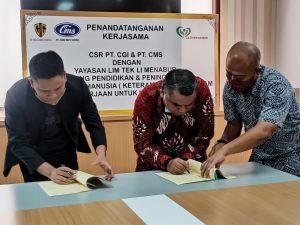 Direktur Utama PT CGI & CMS Sudarso bersama Ketua Yayasan Wilayah Kerja Jawa Barat, Nauli F Siregar Lim Tek Li Menabur menandatangani kesepakatan MoU penerimaan dan penyerahan dana Pendidikan dan Pelatihan Keterampilan Siap Kerja (sinarharapan/Iwa)