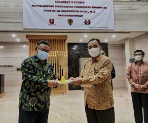 Penyerahan Nasi Tumpeng secara simbolis oleh Prof. Dr. M. Solehuddin, M.Pd., MA, Rektor Universitas Pendidikan Indonesia (UPI) menandai telah resmi dibukanya Kantor baru kerjasam BUMK UPI dan PT. CPI di Jakarta (Sh.id/Iwa)